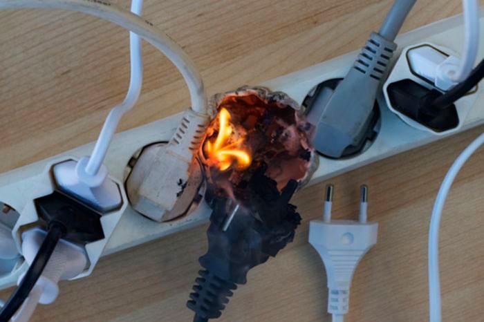 Во избежание ситуаций, приводящих к пожарам и поражению людей электрическим током, на всех электрических сетях и